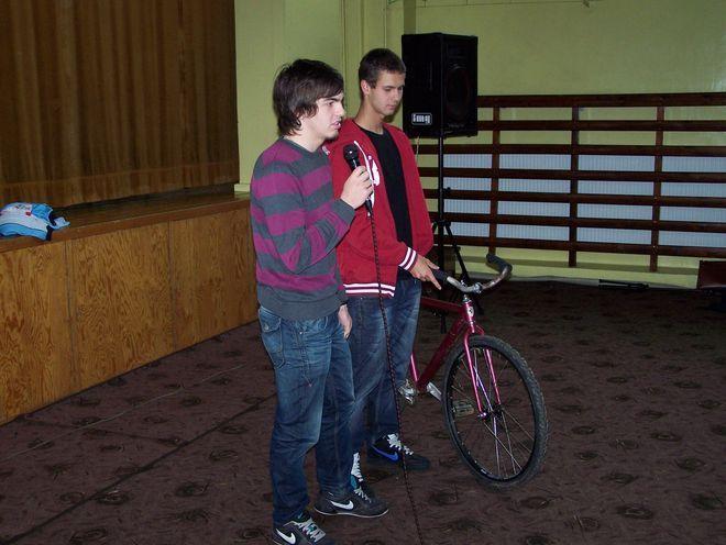 Uczniowie pokazali, że młodzi ludzie mogą spędzać wolny czas, jeżdżąc na rowerach sportowych