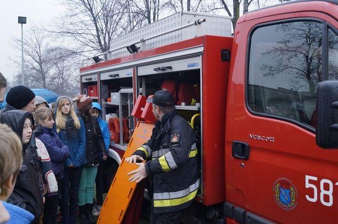 Młodzież Gimnazjum nr 10 mogła zapoznać się z wyposażeniem wozów bojowych rybnickiej straży pożarnej