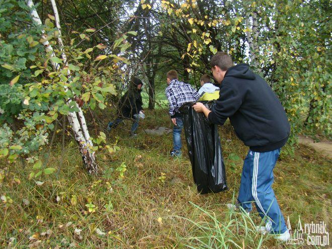 Uczniowie Gimnazjum nr 10 sprzątali okolicę