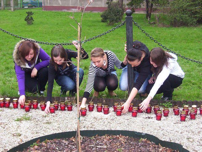 Uczniowie Gimnazjum nr 10 zapalili symboliczne znicze w intencji ofiar katastrofy w Smoleńsku