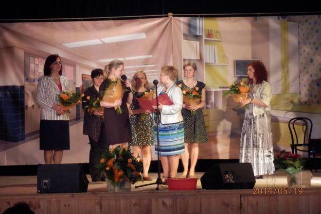Dyrektor Sylwia Benauer wręcza kwiaty i podziękowania realizatorkom projektu ze strony tureckiej i polskiej