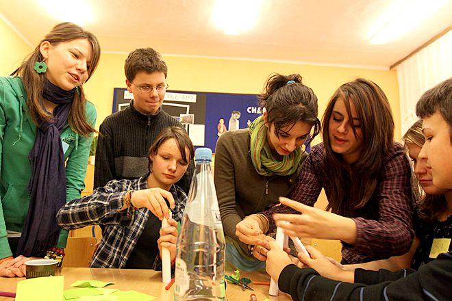 Młodzież uczestnicząca w warsztatach filmowych stworzyła program dotyczący wymiany młodzieży
