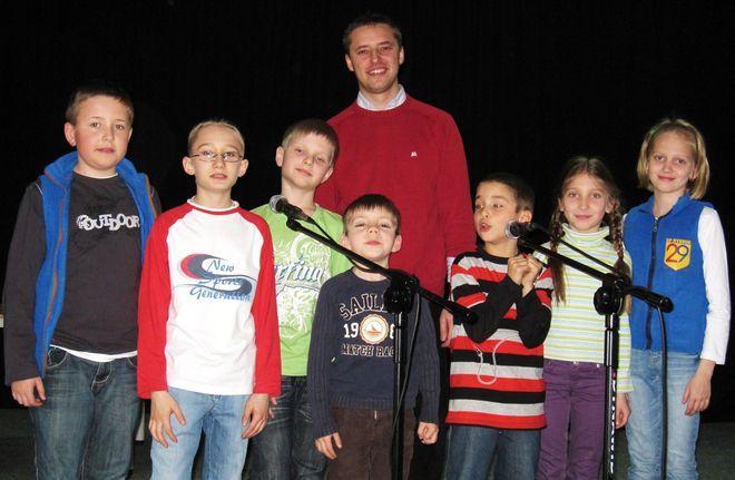 Mateusz Banaszkiewicz z uczniami