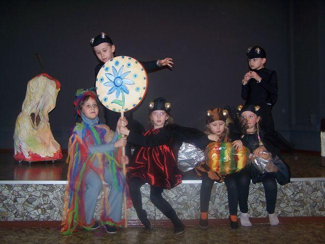 Młodzi aktorzy przygotowywali się do spektaklu z największym zaangażowaniem