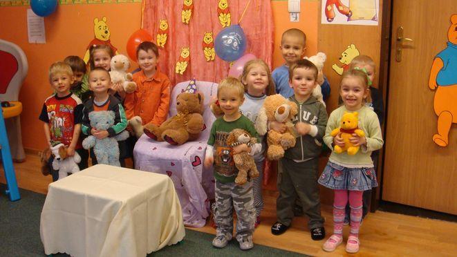 Przedszkolaki ze swoimi ukochanymi misiami