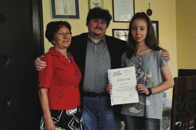 Na zdjęciu laureatka Hanna Fojcik ze swoją nauczycielką języka niemieckiego Marią Mrozek i dyrektorem G17 – Tadeuszem Chrószczem