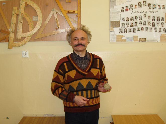 Dariusz Wantulok prezentuje medal Olimpiady Matematycznej