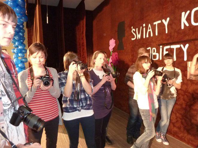 Młodzież podczas warsztatów fotograficznych