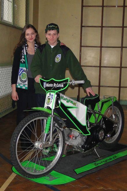 Kacper Woryna odwiedził mury I LO ze swoim motocyklem żużlowym