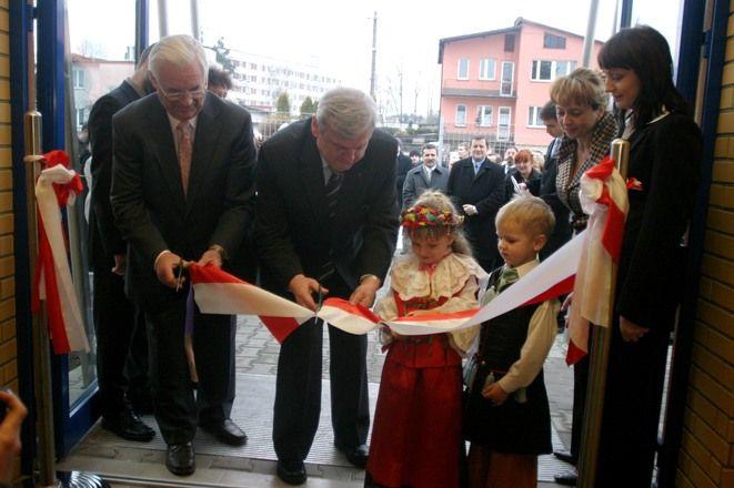 Wstęgę otwarcia przeciął przewodniczący rady dzielnicy - Andrzej Oświecimski i prezydent Rybnika Adam Fudali