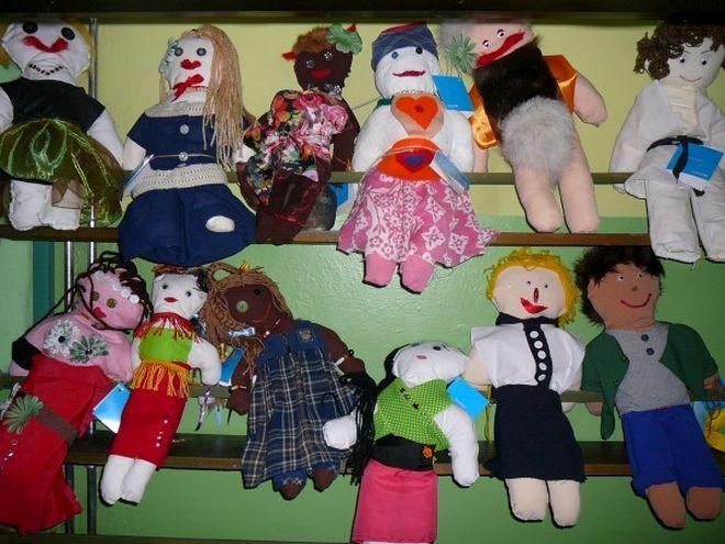 Dzieci stworzyły lalki podobne do ludzi z różnych zakątków świata