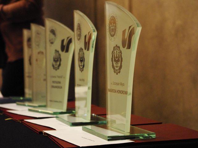 Statuetki rozdawane podczas Interdyscyplinarnego Konkursu Indeksów