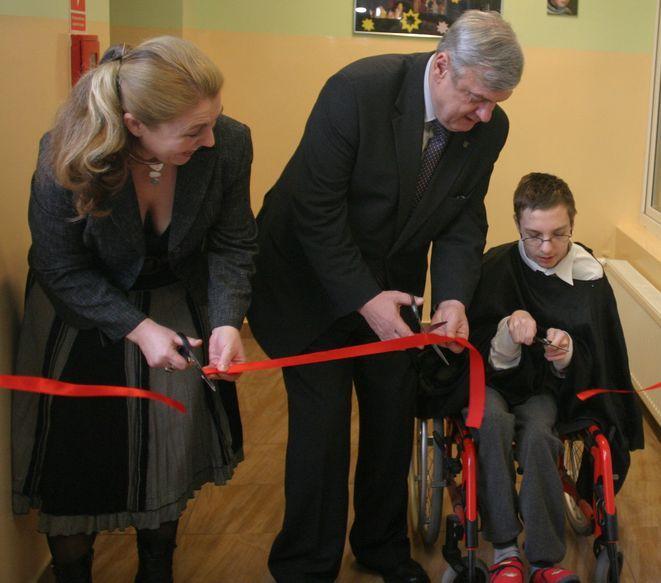 Zdjęcie z uroczystego otwarcia windy w Szkole Życia przy ul. Hibnera (styczeń 2009). Na zdjęciu dyrektorka Lucyna Ibrom i prezydent Rybnika Adam Fudali