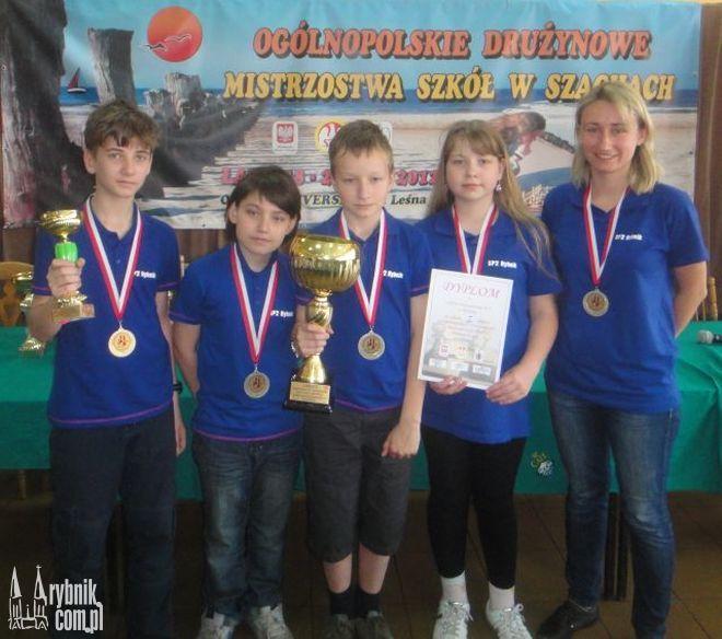 Mistrzowie Polski w szachach wraz z opiekunką