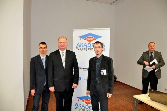 Nagrodę w imieniu zespołu odebrali Marek Holona - dyrektor szkoły, opiekun grupy Damian Niesobski oraz lider Michał Androsz.