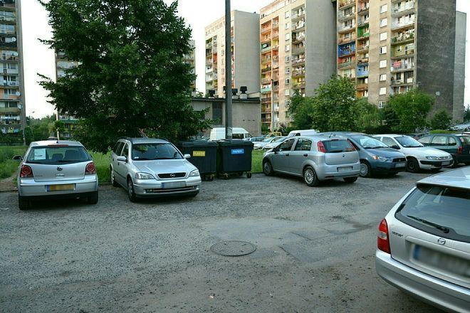 Na osiedlach albo nie ma kontenerów, albo są ustawione na miejscach parkingowych