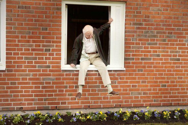 """Kadr z filmu """"Stulatek, który wyskoczył przez okno i zniknął"""""""