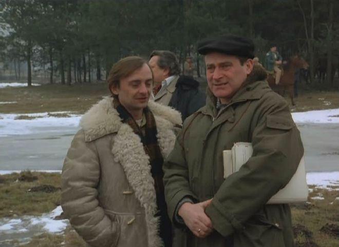 """Janusz Zakrzeński znany jest m.in. z roli reżysera w filmie """"Miś"""". Na zdjęciu z Jerzym Bończakiem."""