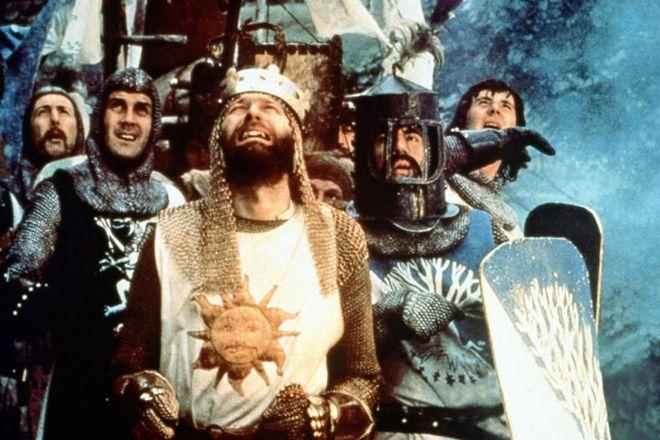 """Kadr z filmu """"Monty Python i Święty Graal"""""""