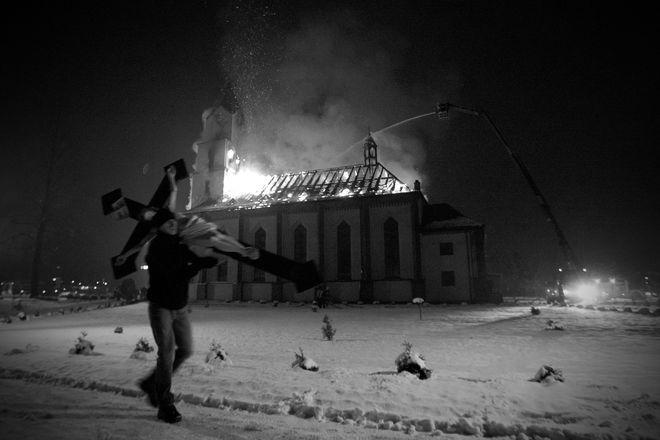 Zdjęcie płonącego kościoła w Orzeszu-Jaśkowicach otrzymało nagrodę Grand Press Photo