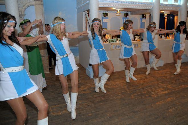 Grecki taniec w wykonaniu dziewcząt z zespołu Enigma