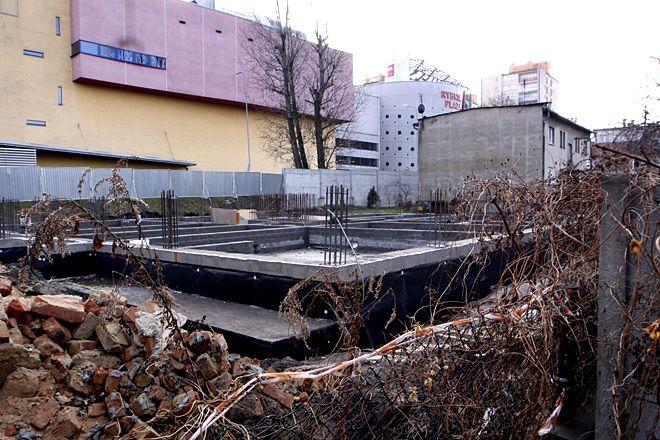 Na razie na działce obok Plazy są tylko fundamenty. Za 2 lata stał tu będzie sześciokondygnacyjny budynek.