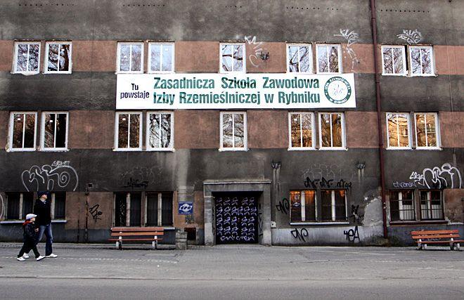 W tym budynku powstaje szkoła. Los reszty obiektów dawnego szpitala jest póki co nieznany.