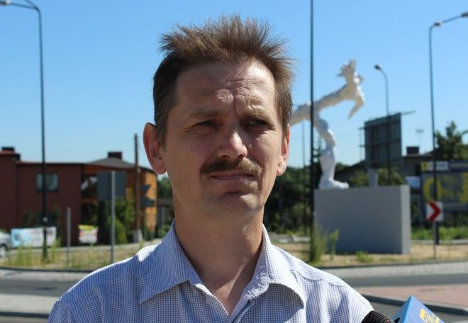 Tadeusz Dybała na tle rzeźby ''Ulotność''