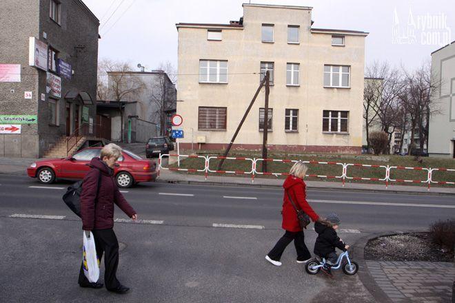 Policjanci z Rewiru Dzielnicowych od prawie roku nie korzystają już z komisariatu przy ul. Zebrzydowickiej