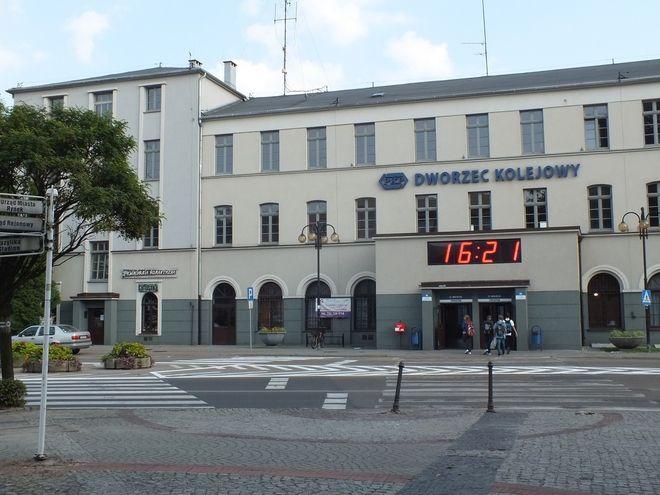 Jako przykład kuriozalnych decyzji urzędników Łukasz Wała podaje przesunięcie pasów obok dworca PKP.