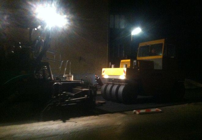 Rybniczanie cieszą się, że firma Dromet nadrabia zaległości po firmie Hak Construction i pracuje nawet nocą. Jednak czy asfaltowanie w deszczu ma sens?