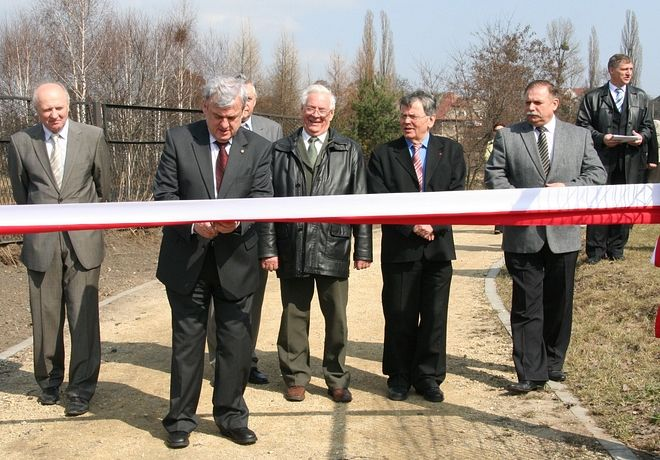 Na zdjęciu przecięcie wstęgi na zakończonej budowie kanalizacji w Niedobczycach w 2010 roku.