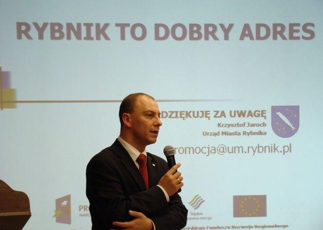 Krzysztof Jaroch wyjaśniający założenia projektu ''Rybnik to dobry adres''