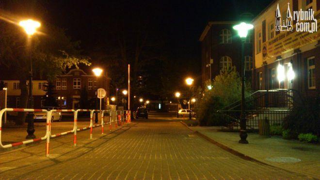 Mimo że parking na Kampusie jest otwarty wyłącznie dla studentów, wieczorem mogą korzystać z niego niemal wszyscy