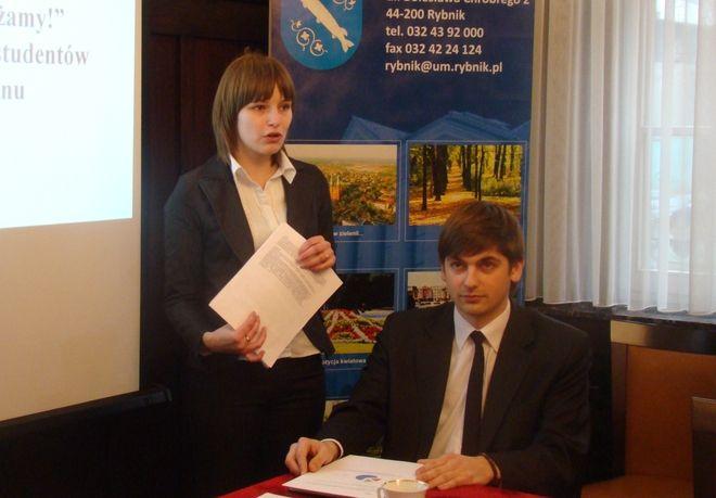 Rybnickie środowisko akademickie walczy o poprawę komunikacji w regionie. Na zdjęciu Katarzyna Niesporek i Dariusz Laska.