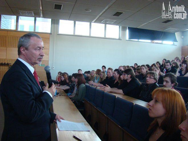 Rektor UŚ Wiesław Banyś przedstawił studentom możliwe perspektywy dla OD UŚ w Rybniku