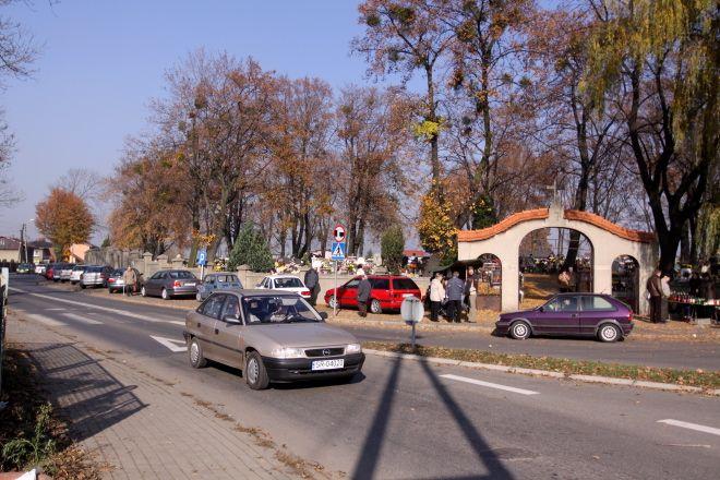 Kierowcy najbardziej narzekali na organizację ruchu wokół cmentarza w Boguszowicach. Policja przekonuje, że w tym miejscu korków nie da się uniknąć.
