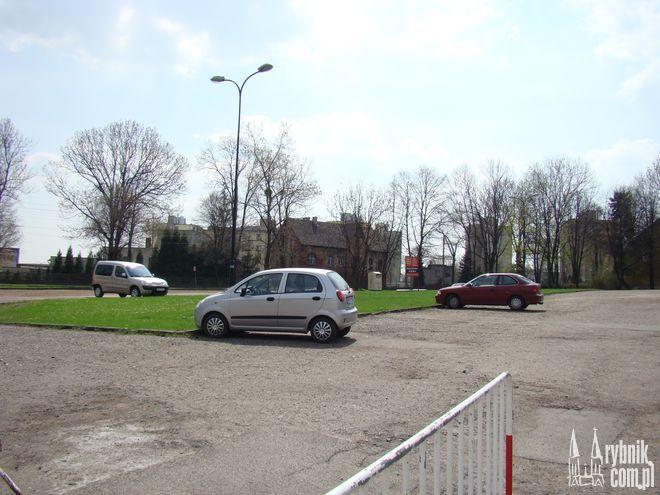 Parking przy Domusie miał być bezpłatny, ale inkasenta zastąpił parkomat