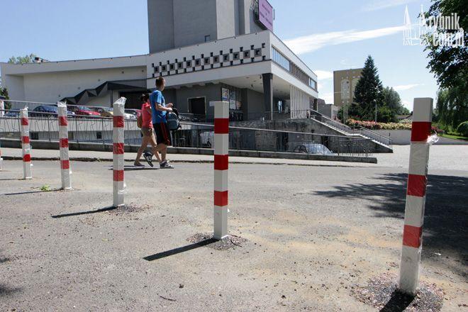 Przy wjeździe na plac pod teatr zostały ustawione słupki