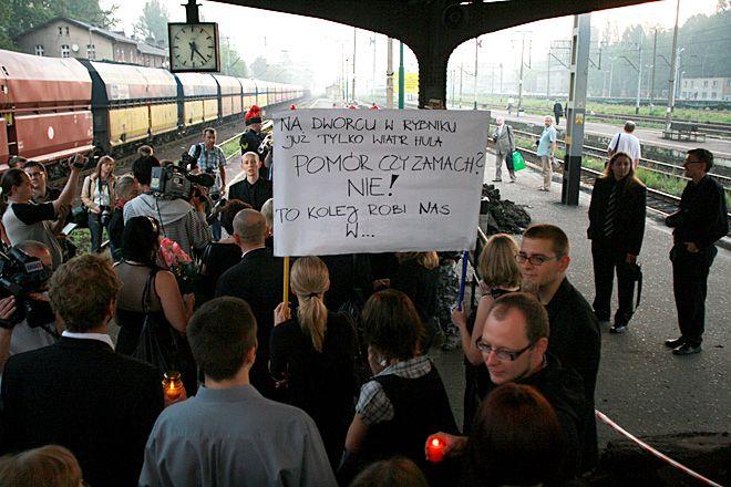 W maju 2009 rybniczanie walczyli o przywrócenie pociągu ''Szyndzielnia''. Pociąg wrócił do rozkładu, ale treść napisów niesionych na transparentach chyba nie straciła na aktualności.