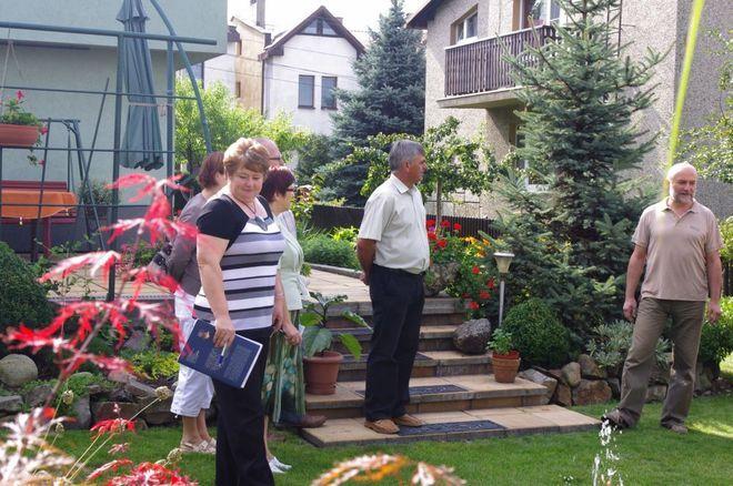 Jury z Czerwionki-Leszczyn podczas oceny jednego z ogrodów