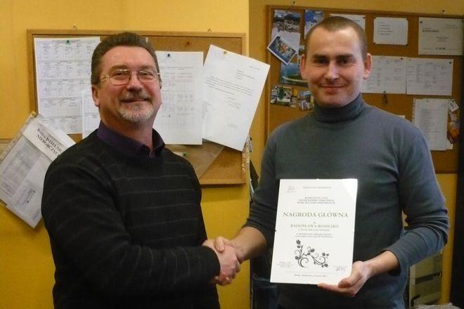 Autor nowego logo - Radosław Romejko (z prawej) wraz z dyrektorem DK Niedobczyce - Marianem Wolnym