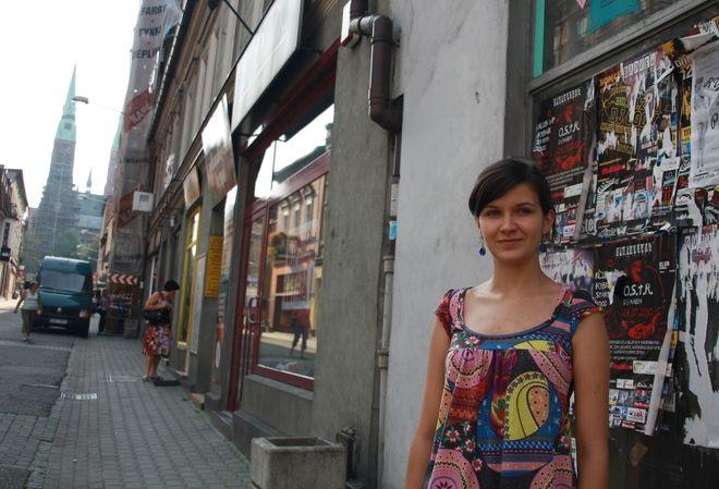 Ulica Powstańców zaczyna żyć nowym życiem. Na zdjęciu koordynatorka projektu ''DEPTAK reWITA'' - Dorota Bednorz.