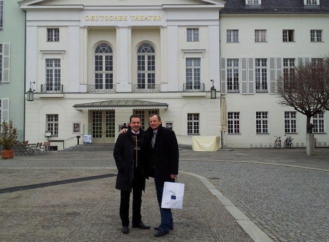 Marek Krząkała i Jóżef Makosz prze berlińskim teatrem