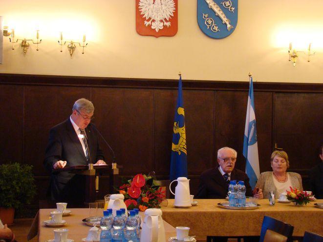 Karol Miczajka odebrał medal podczas uroczystego spotkania.