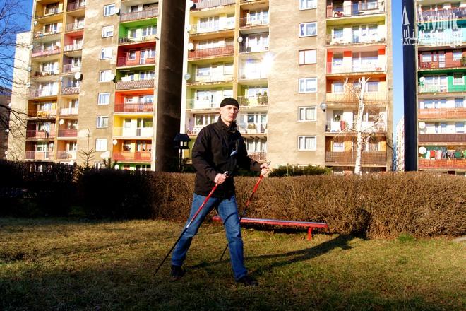 Paweł Mitura-Zielonka przygotowuje się do startu w zawodach nordic walking, jest też instruktorem tej dyscypliny