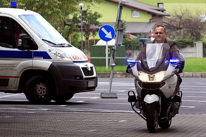 Po tak zuchwałej kradzieży na terenie stacji pogotowia w Świerklanach dr Piotr Unger (tutaj na motocyklu ratowniczym) zaczyna bać się o sprzęt medyczny