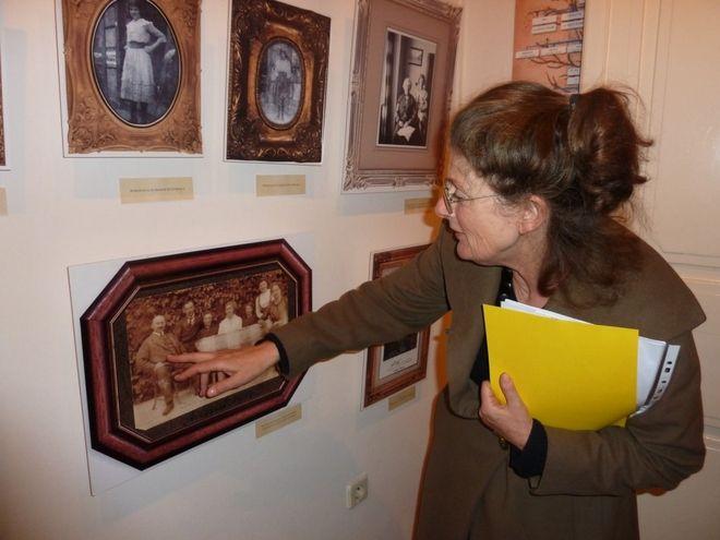 Ruth Beedle na wystawie w muzeum