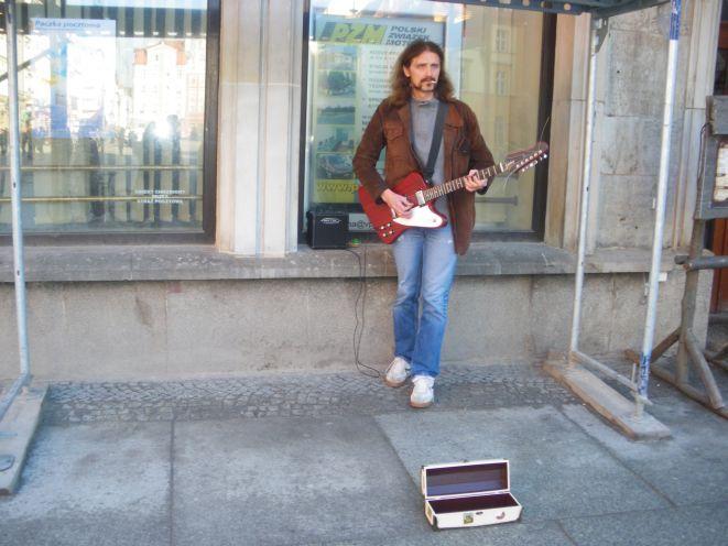 Gienek Loska, wokalista i gitarzysta, znany jest z fenomenalnego głosu i ulicznych koncertów