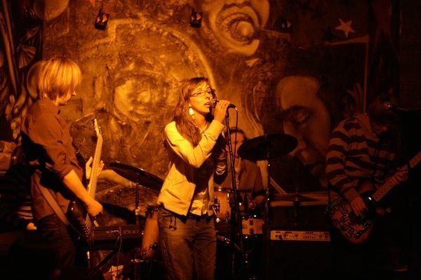 Zespół Dash podczas koncertu w Titanic Clubie